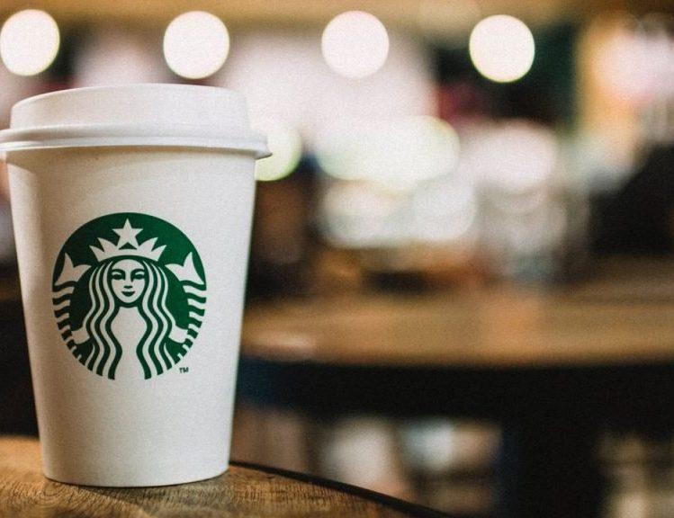 Starbucks se suma a las marcas que suspenden su publicidad en redes